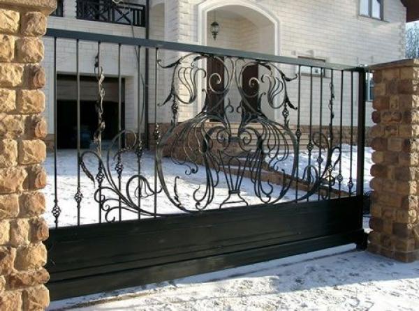 Загородный дом с коваными воротами